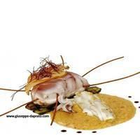 Cofanetto misto di pesce al vapore su crema allo zafferano e zucchini grigliati