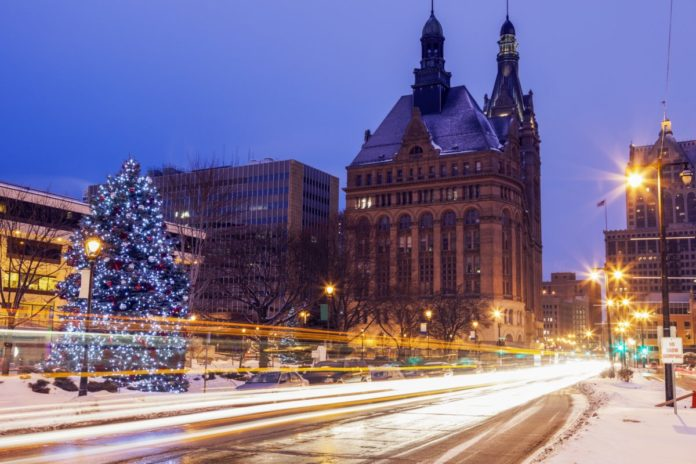 Enjoy a Christmas lights tour in Milwaukee, Wisconsin & see all the holiday lights & decorations