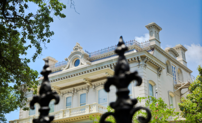 Discount ticket for New Orleans Garden District & Lafayette Cemetery Tour