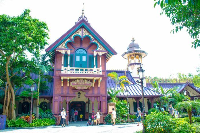 How to get a discount, coupon on the Hong Kong Disneyland Dining Deal and eat at restaurants like this one, the Explorers Cafe
