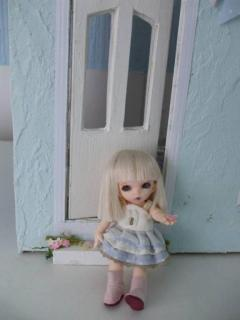 she is a tiny pukipuki ante at just 11 cm fitsperfctly into a doll house scene