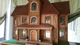 Tudorish dollhouse