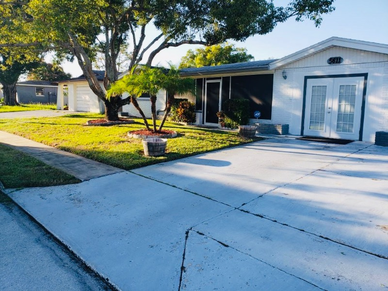 Lawn Mowing Contractor in Holiday, FL, 34690
