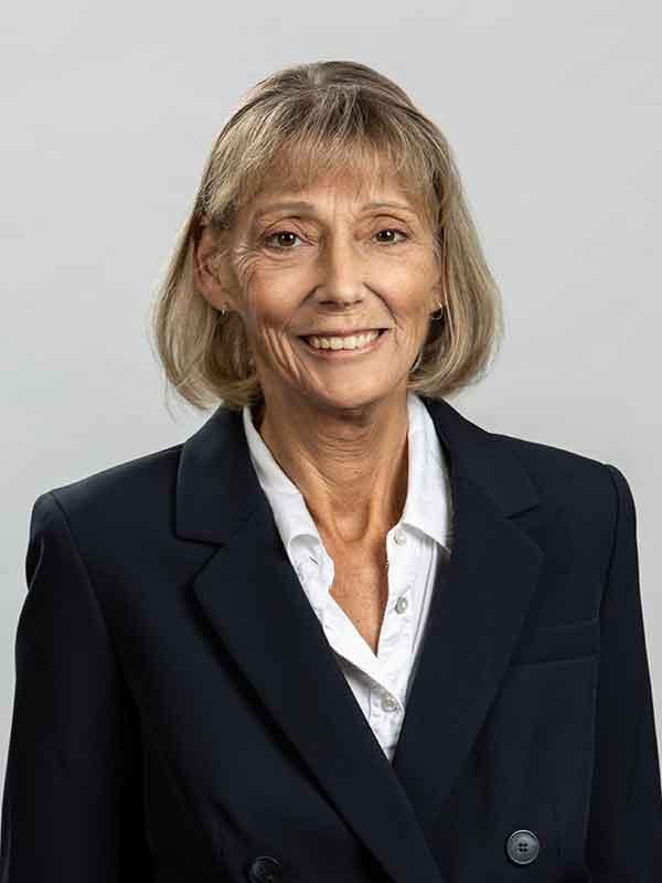 Leslie Morris : Office Administrator