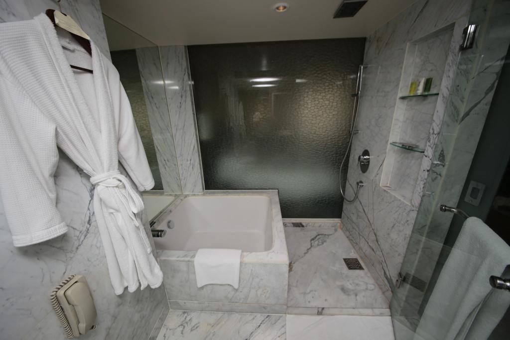 The en-suite bathroom of a room at the Hyatt Regency Delhi. | Photo by Flickr user SuperAdrianme