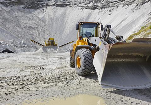 Wheel loaders working in quarry