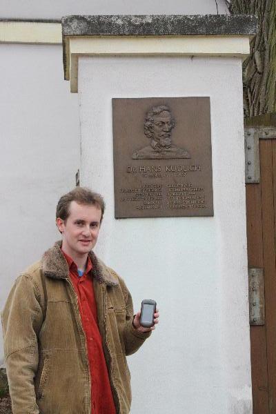 Fotka ke splnení úkolu pred rodným domem Hanse Kudlicha