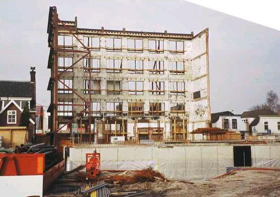 De achterzijde tijdens de bouw van de appartementen.