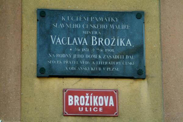 pametní deska Václava Brožíka na prucelí domu cp. 57