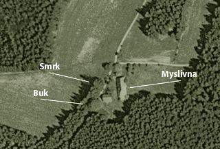 Myslivna a stromy na historickém leteckém snímku