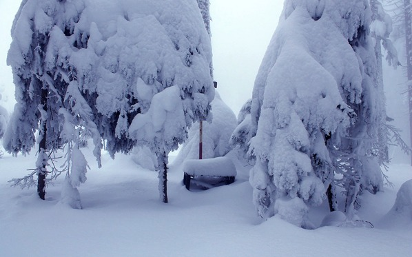 Vrcholová lavička pod sněhem v únoru 2013