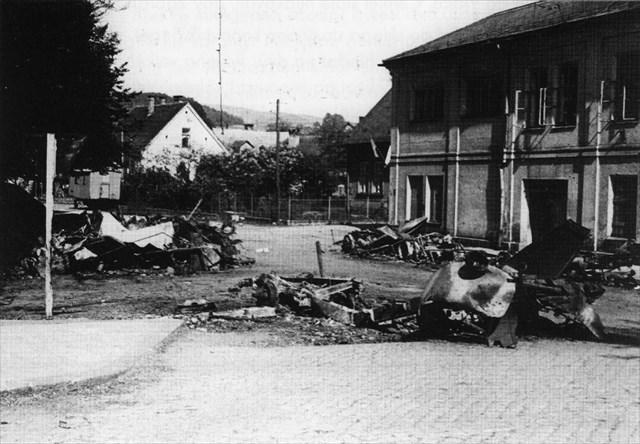 Trosky vojenské kolony s municí u Jahnova domu