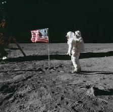 Edwin Aldrin zdraví vlajku