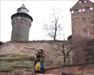 Bidenhänder im Schatten der Nürnberger Kaiserburg