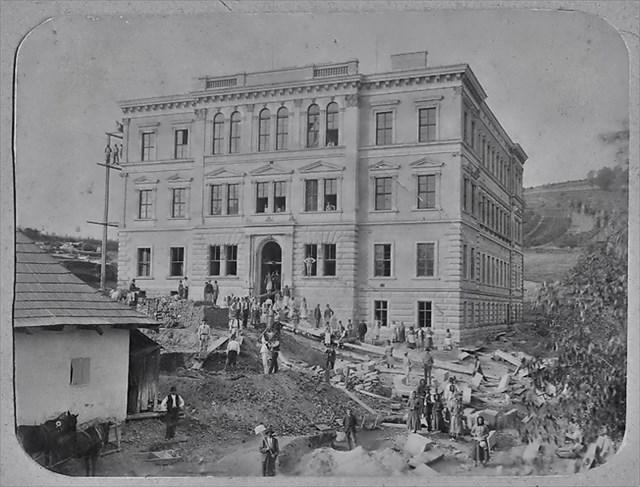 Stavba Horní školy 1889