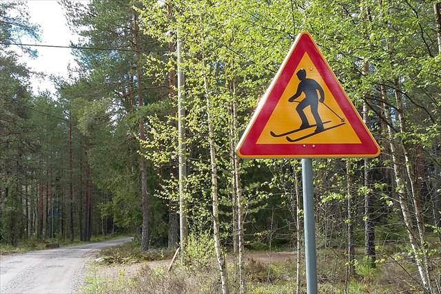Varo hiihtäjiä