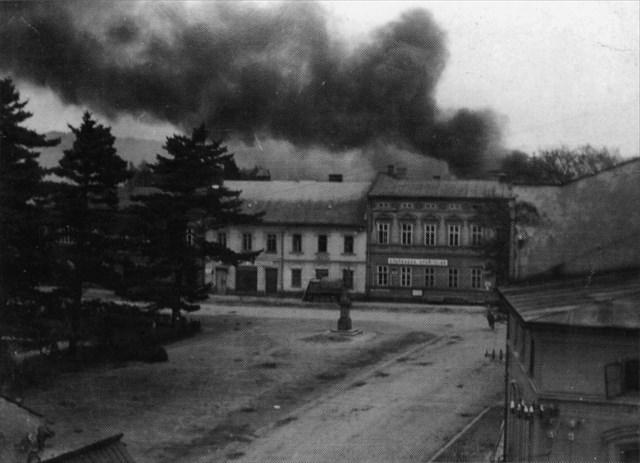 Pohled na náměstí s kouřem z hořící Horní ulice