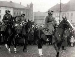 přehlídka dragounů na náměstí v Klatovech 1923