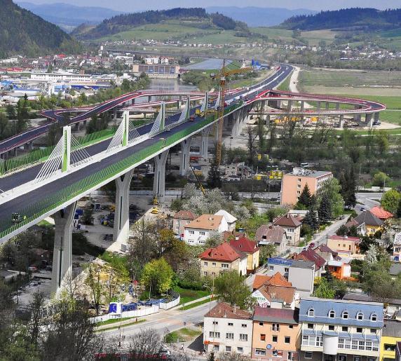 4651e4f24 ... konštrukcia nesie celý dialnicný profil a je v priecnom smere  podopieraná iba jednou podperou. Dialnica vedie ponad intravilán mesta Považská  Bystrica, ...