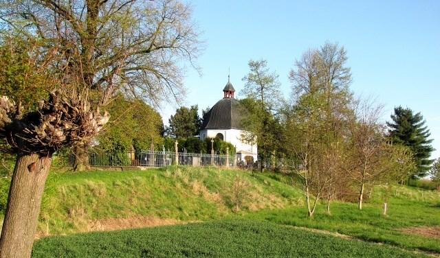 Pohled na kapli z příjezdové stezky