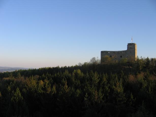 Pohled na hrad ze skaly pobliz skryse. Foto: TEA_CR.