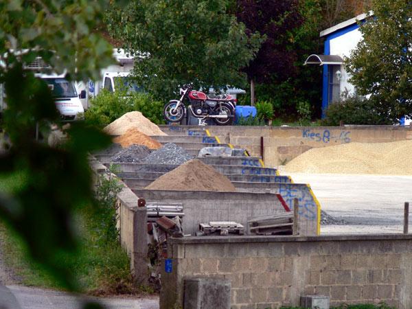 Motorrad auf der Mauer