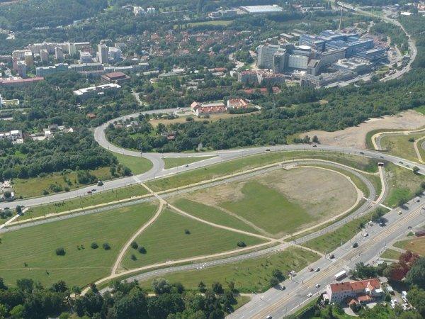 Pohled na místo bývalého heliportu, srpen 2010, foto Ondřej Franěk