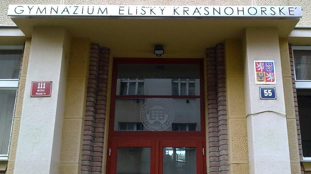 Vchod do budovy gymnázia / Building entrance