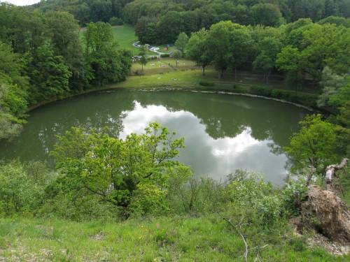 Der Frickenhäuser See. Blick vom Steilhang auf den See.