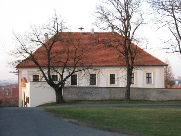 Budova fary ze smeru od kostela