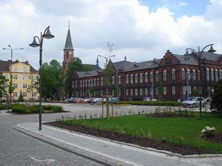 Namesti s budovou radnice a katolickym kostelem v pozadi