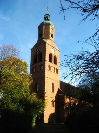 De Romano Gotische kerk op de wierde van Eenrum