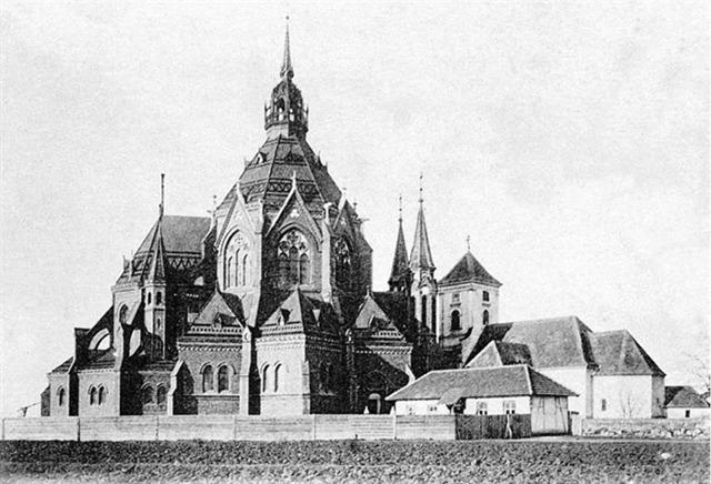 Starý i nový kostel vedle sebe
