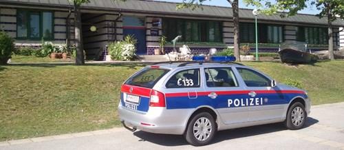 Streifenwagen der Polizei. Im Hintergrund die Dienststelle.