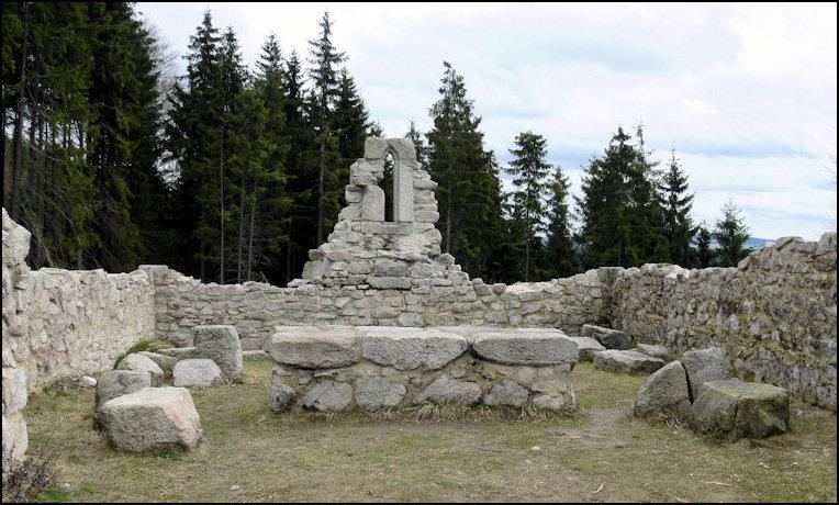 základy kostela sv. Mikuláše