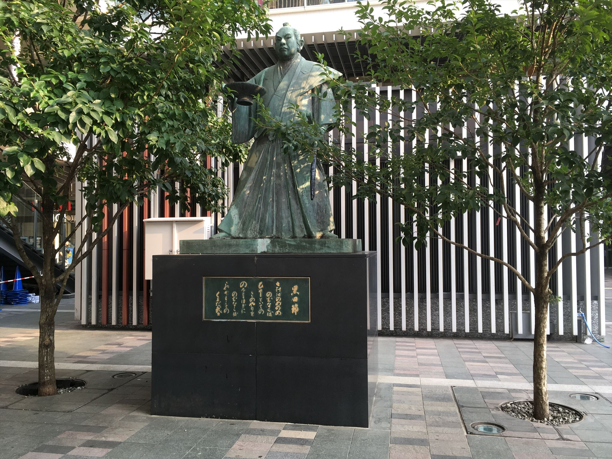 黒田武士の銅像写真 両足を少し広げて立っている。右手に盃、左手に槍を持っている
