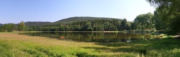 Střední mířkovský rybník, Rybniční vrch v pozadí