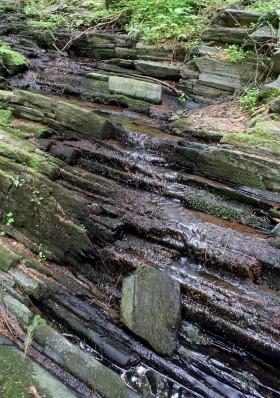 Vrstvy břidlice kousek nad vodopádem
