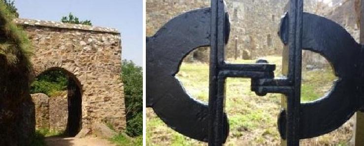 Hlavní vstupní brána do hradu; spočítejte na její zadní sestře kování ve tvaru písmene C.