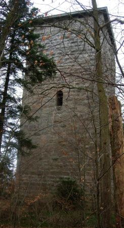 Wenn der Turm 23 m hoch ist, so dürfte der Eingang bei 12m sein ... viel Glück!