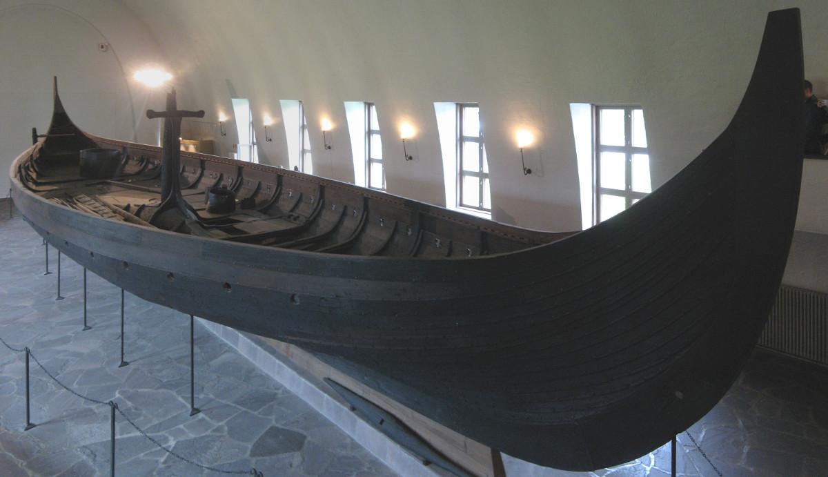 Der Gokstad-Drachen im Vikingskiphuset in Oslo