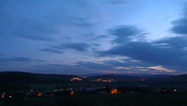 Pohled ke Švihovu po setmění