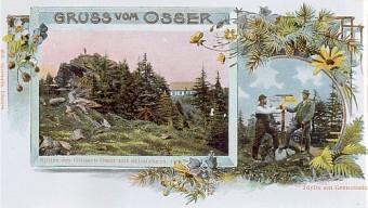 Pohlednice s vrcholem a patníkem před chatou