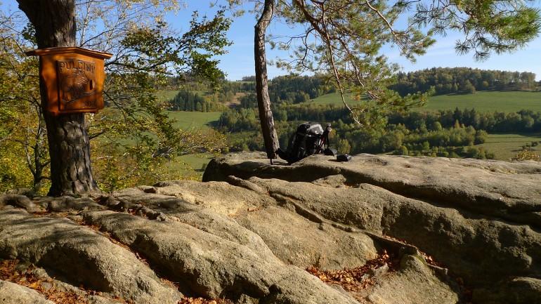 Zamcisko a logbook schovany v drevene valasske sperkovnici