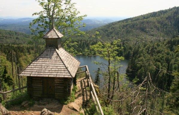 Rachelkapelle mit dem Rachelsee  / Roklanská kaple s jezerem v pozadí