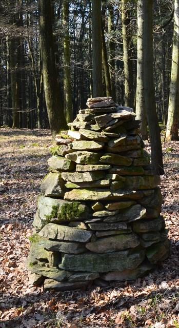Vrcholová pyramida, ve vzdálenosti 123 metrů od ní v azimutu 60°najdete skalku, na jejímž úpatí je keš ukryta.