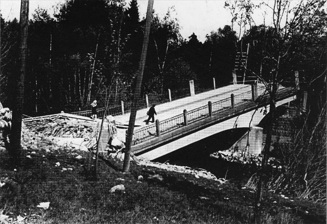 Dolní most vyhozený Němci do povětří