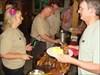 Essenausgabe mit den fleißigen Organisatoren