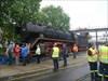 20 - Die Lok steht Endlich geschafft! Die Lok steht sicher auf den Schienen, und es gibt Applaus vom Publikum!