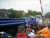 13 - Rampe zum Gelände hinter dem Museum Da die steile Rampe regennass war, musste der Transport Halt machen, und das THW spannte zwei eigene LKWs vor. Dann gab es genug Zugkraft, um die Rampe zu überwinden!